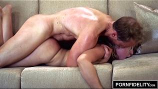 PORNFIDELITY – Blonde Goldie Bubble Butt Carwash Creampie