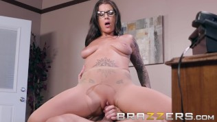 Brazzers – Inked babe Felicity Feline Gets pounded on her bosses desk HD Porn Video