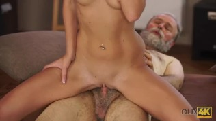 OLD4K. Old man with beard actively stretches young blonde on daybed HD Porn Video