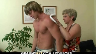 Young stud drills her old pussy