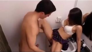 La prima lo pilla jalandosela Free Porn Video